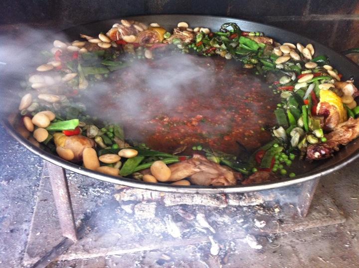 Paella Valenciana con leña ; etapa de la cocción del fondo de salsa
