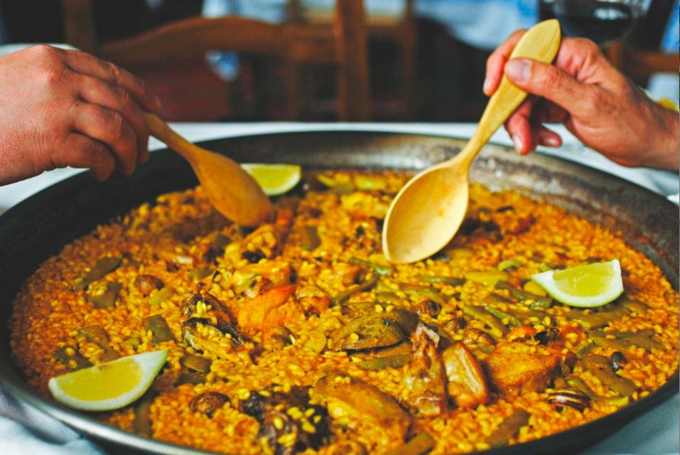 Paella Valenciana et cuilleres en bois d oranger
