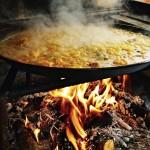 Paella Valenciana en ébullition sur un bon feu de bois magnifique