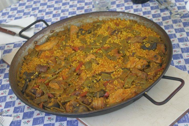 Paella Valenciana servie à table