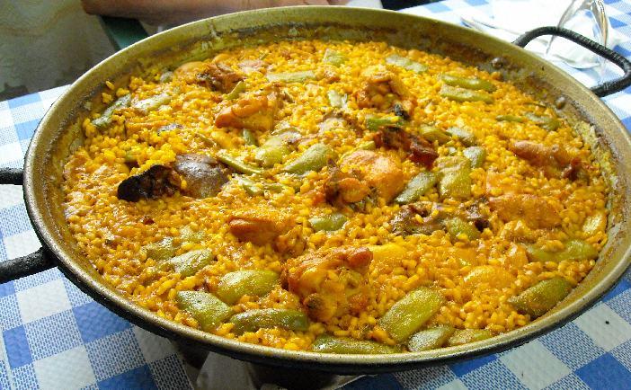 Paella Valenciana en gros plan sur la table